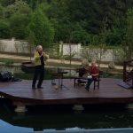 Élőzenés műsor a kastélykertben Tószínpadunkon