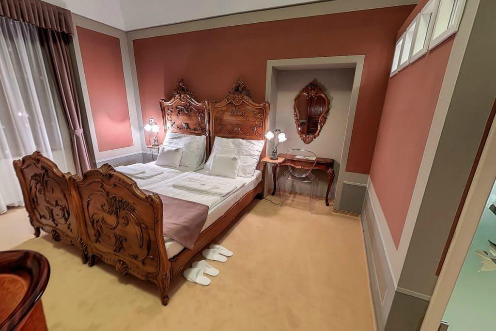 Kastély kétágyas szoba korhű berendezéssel