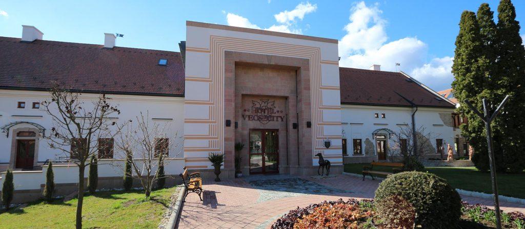 A Hotel Vécsecity bejárata