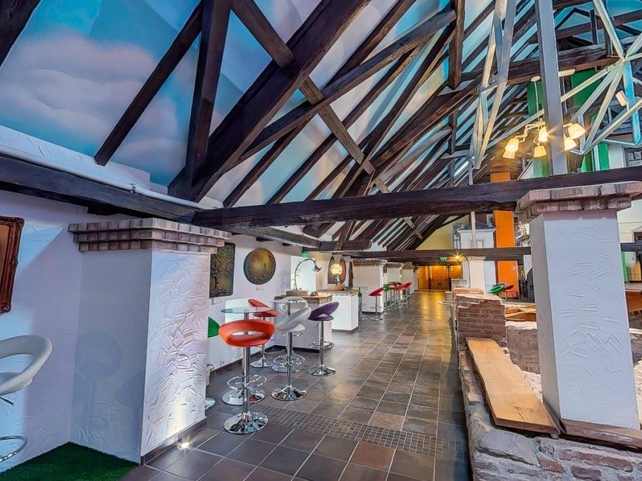 A City: 800 m2-es belső tér színpaddal és 8 db kétszintes apartmannal