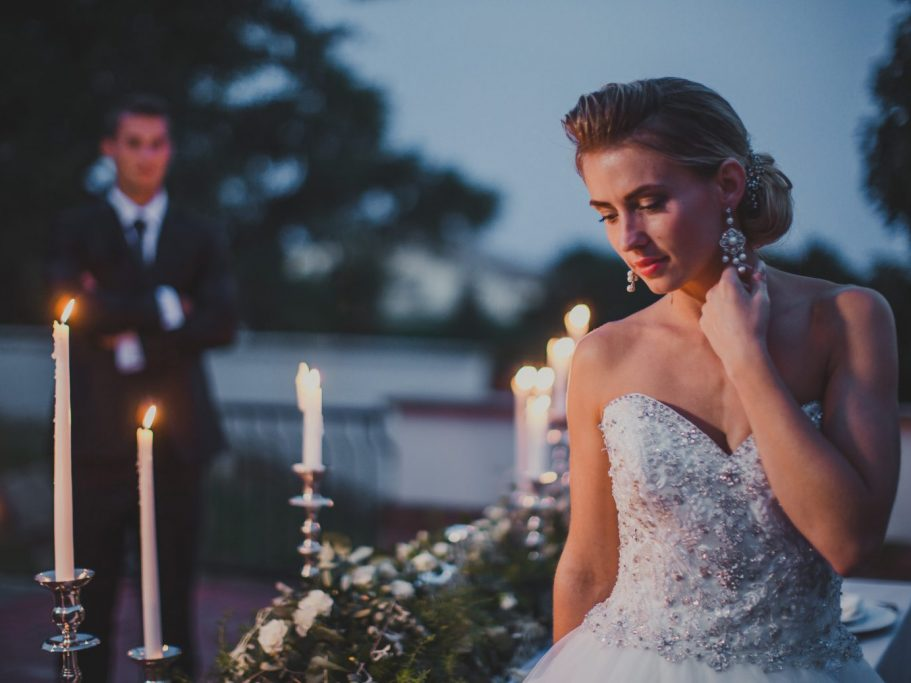 Esküvő kastélyban: fotózás esti gyertyafényben