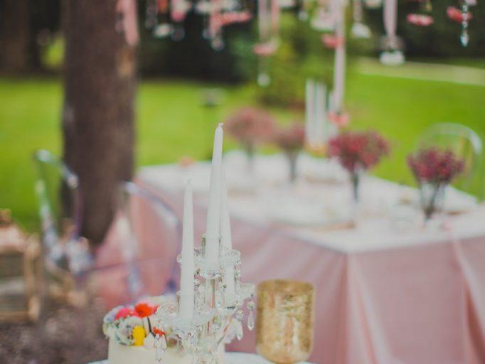 Esküvőre készülve: a kastélykert feldíszítve