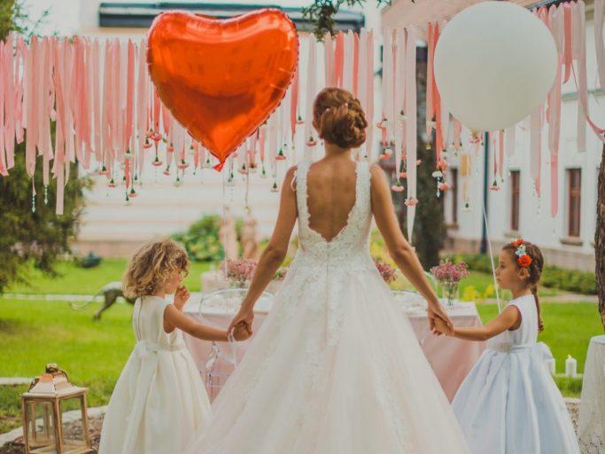 Esküvő menyasszony a koszorúslányokkal
