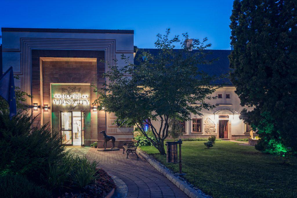 A Hotel Vécsecity bejárata esti fényekben