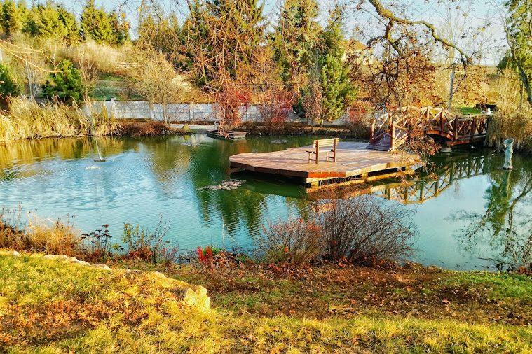 Őszi hangulatban a Csónakázó tó és a Tó Színpad