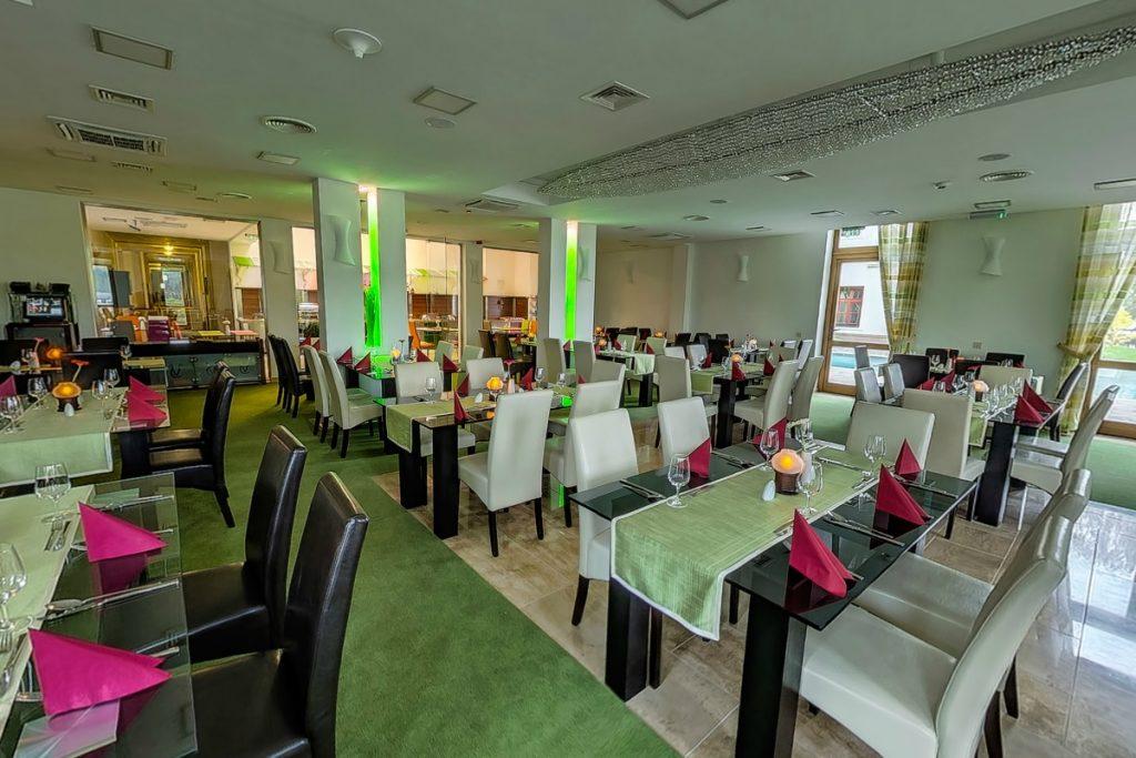 Éttermünk egyaránt kiszolgálja a szállóvendégeket svédasztalos étkezéseknél, a'la carte étkezésekkel és külső vendégeket a'la carte