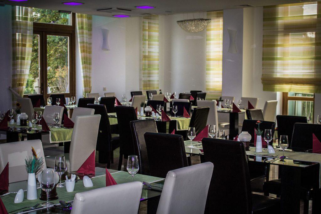 Egyszerű, modern berendezésű étterem a Vécsecityben családi vacsorákhoz, baráti találkozókhoz, rendezvényekhez