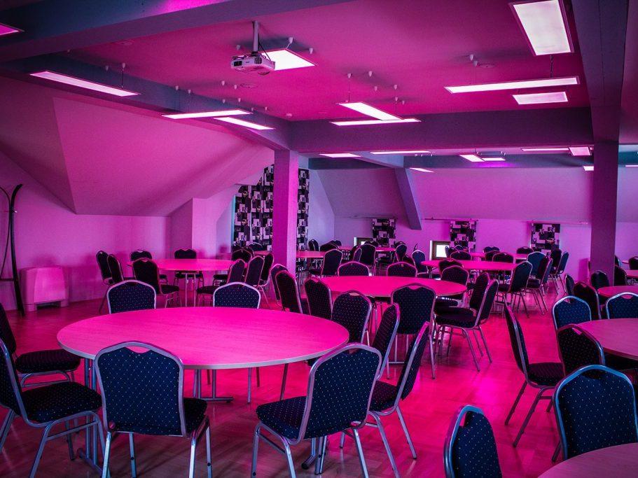 Erdély terem körasztalokkal és hangulatfénnyel 100 fő részére