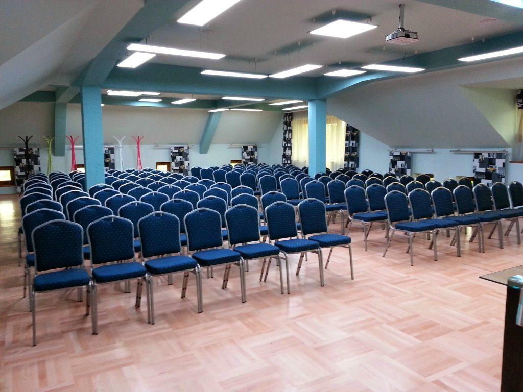 Erdély konferenciaterem széksoros berendezéssel 140 fő részére