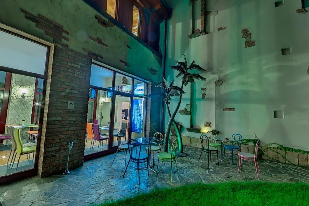 Reggeliző folyosó és Mediterrán terasz este