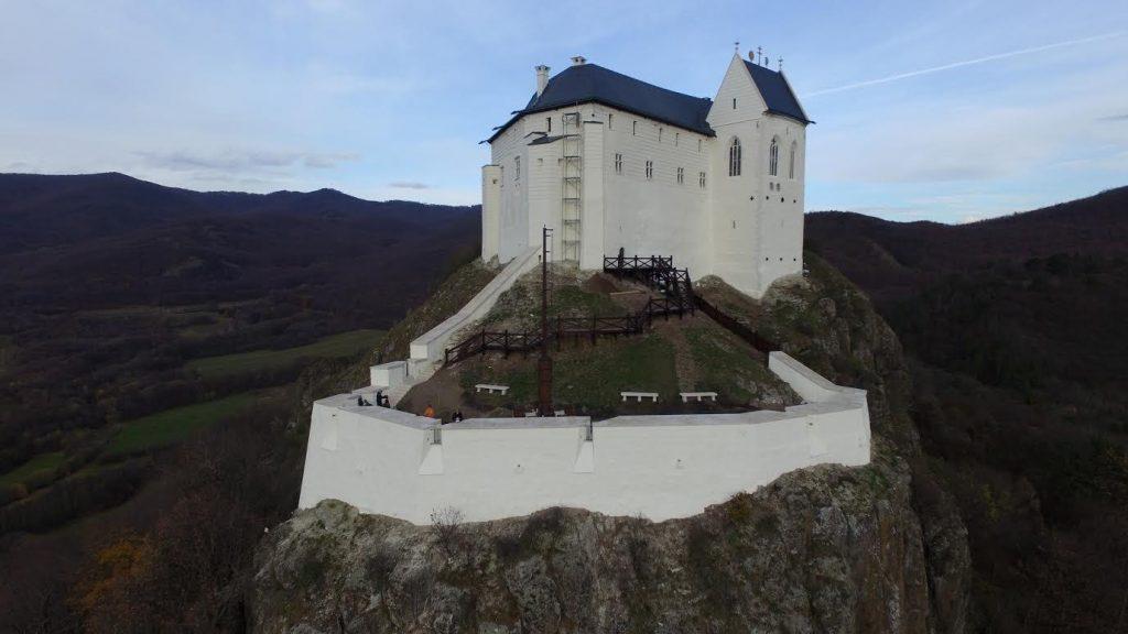 A nemrégiben felújított füzéri vár nyitott kapukkal várja a látogatókat Hernádvécséről is