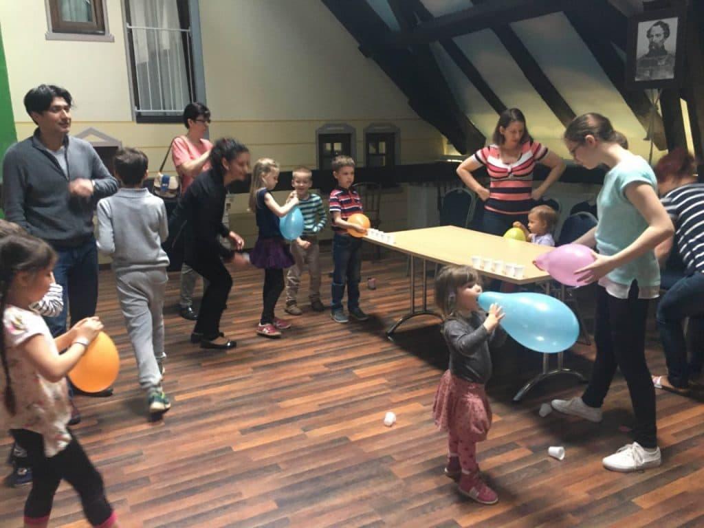 Szervezett gyerekprogramok, játék, lufifújás az Ó-Színpadon
