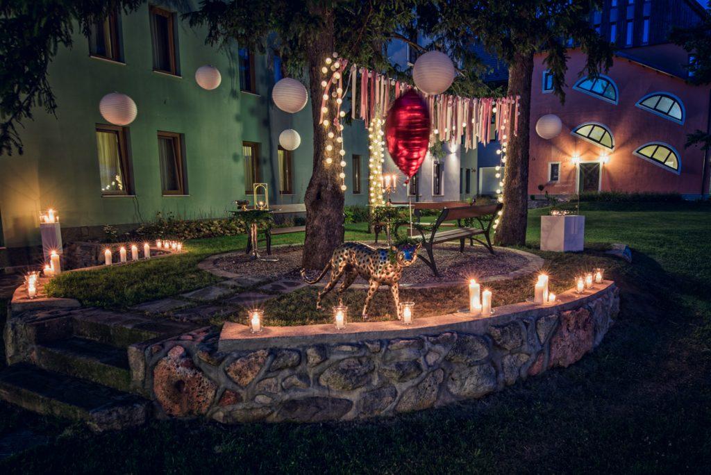 Esti romantikus fények a kastélykertben