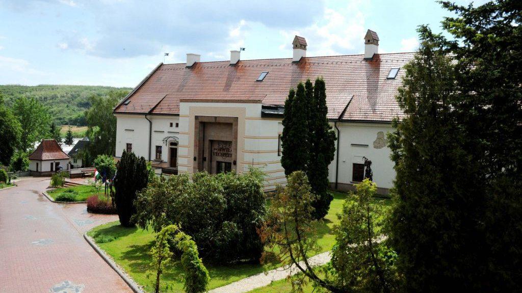 Vécsecity kastélyépülete és a park nyáron