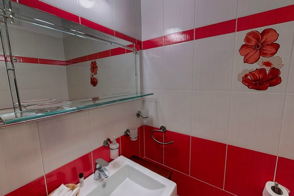 Vörös torony szobáink hangulatos fürdőszobája