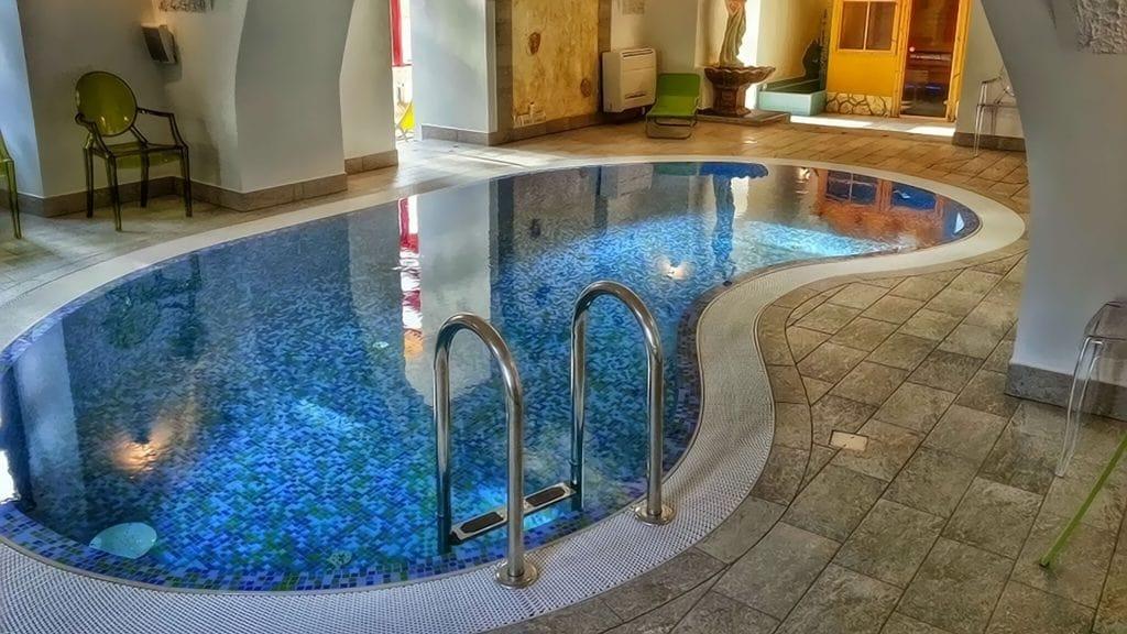 Wellness részlegünk a török fürdők hangulatát idézve medencével, szaunákkal és napozóterasszal
