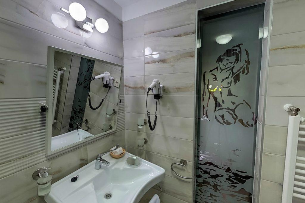 Zöld ház fürdőszoba modern felszereléssel