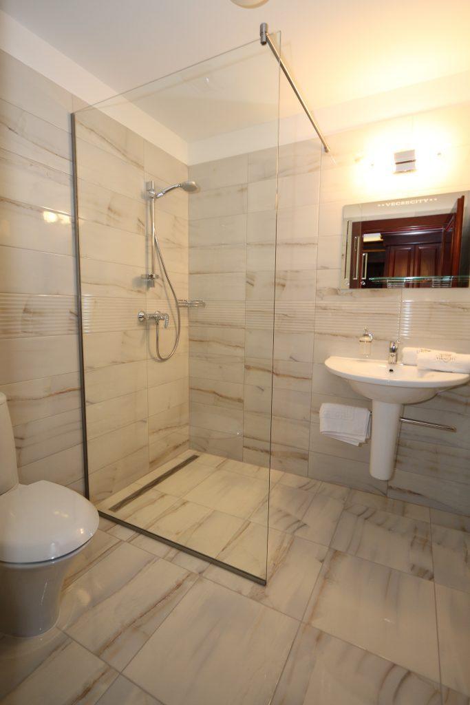 Zöld ház standard szoba fürdőszobája