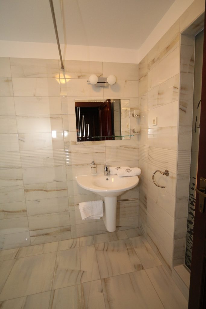 Zöld ház standard kétágyas szobák fürdőszobái